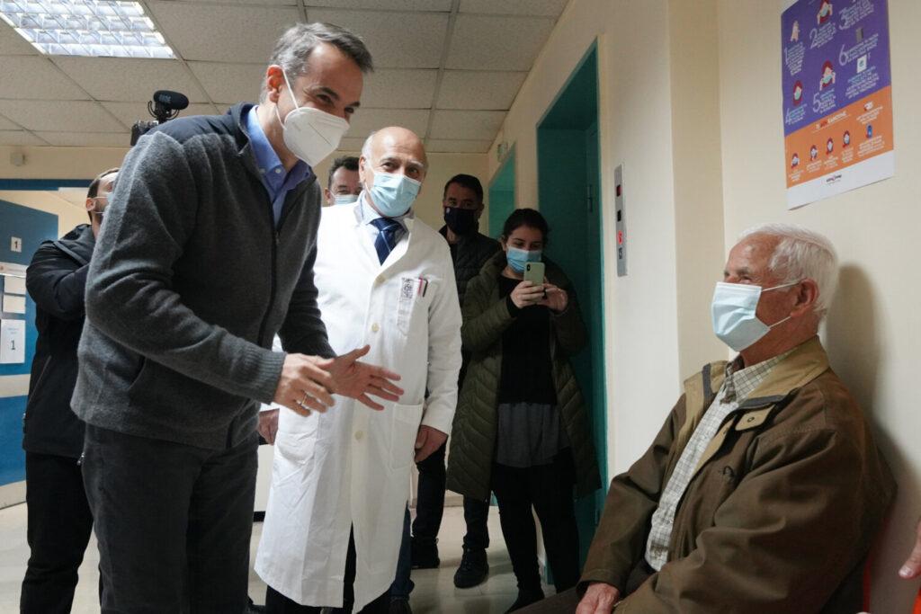 Ο Μητσοτάκης σε εμβολιαστικό κέντρο στα Καμίνια: «Εχουμε ξεπεράσει τους 140.000 εμβολιασμούς»
