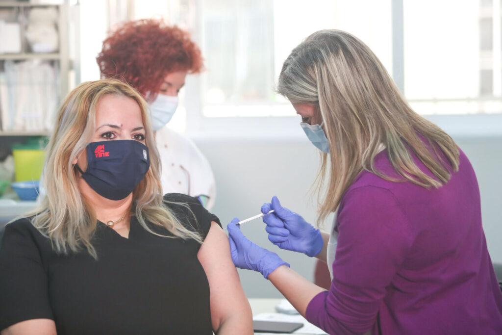 Οι αλλαγές για πλήρως εμβολιασμένους με καραντίνα και τεστ αν έρθουν σε επαφή με κρούσμα