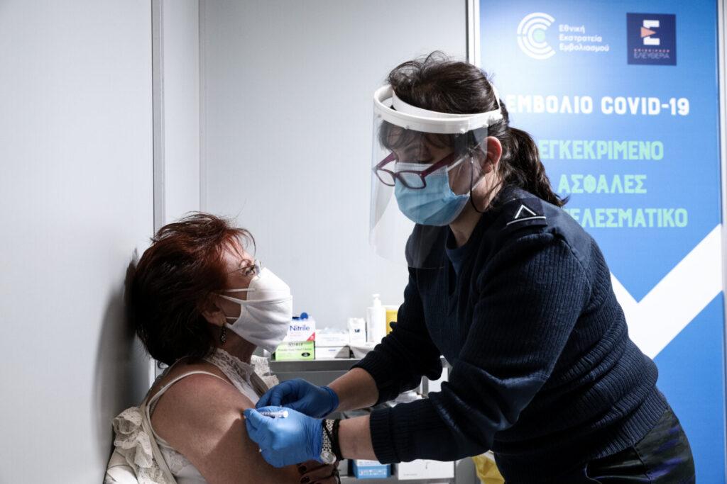 FDA: «Όχι» στην τρίτη δόση του εμβολίου στον γενικό πληθυσμό – Ανησυχία για τη μυοκαρδίτιδα