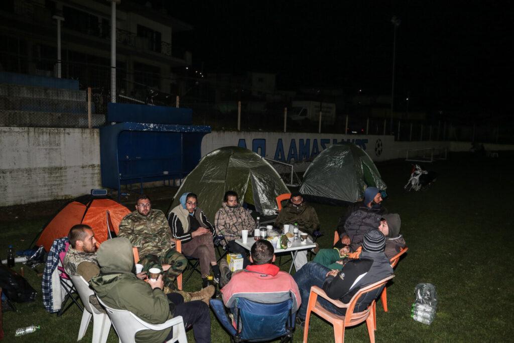 Σεισμός στην Ελασσόνα: Δύσκολη νύχτα για τους κατοίκους που διανυκτερεύουν σε σκηνές και αυτοκίνητα (εικόνες)