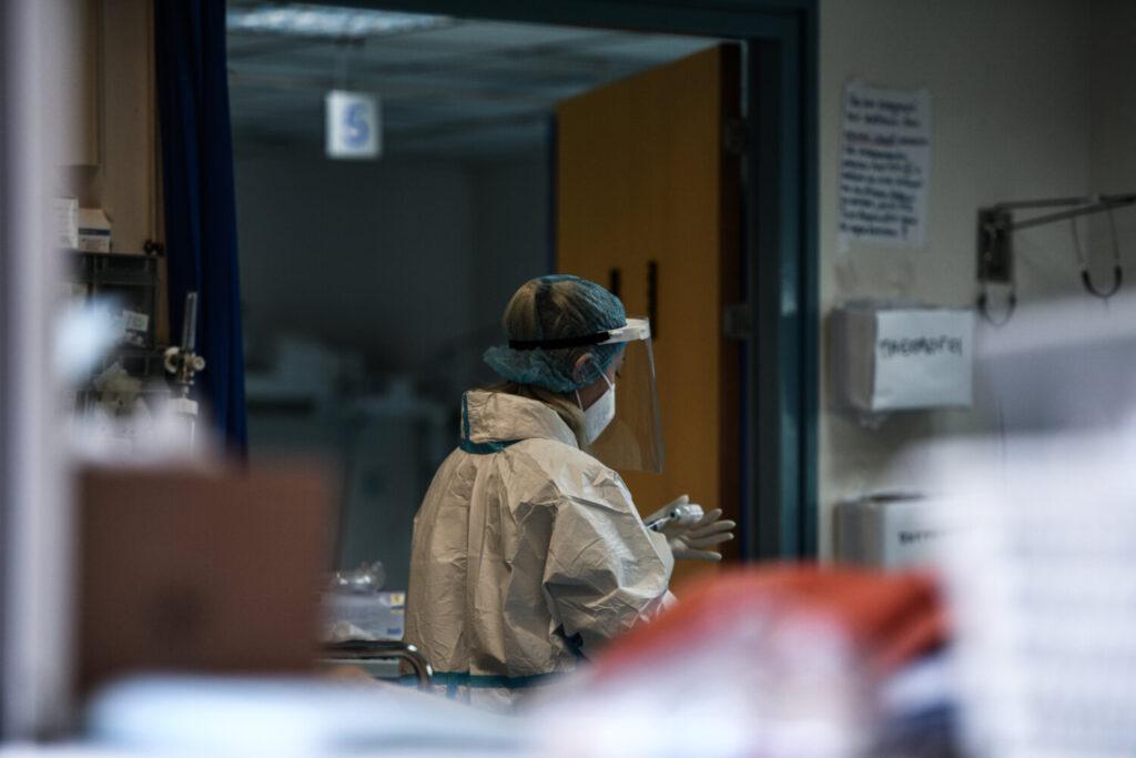 Διασωληνώθηκε 22χρονος με κορωνοϊό – «Οι εισαγωγές αφορούν κυρίως μη εμβολιασμένους» λέει η Γκάγκα