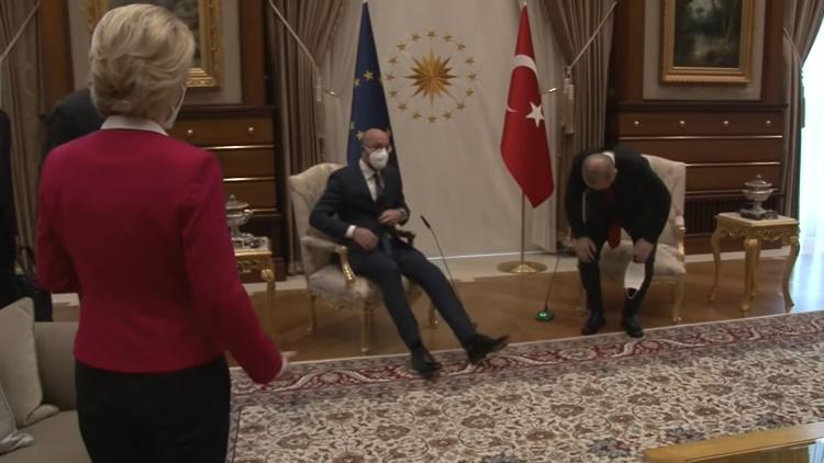 Ερντογάν και Μισέλ βιάστηκαν να καθίσουν  πρώτοι και άφησαν …όρθια την Φον ντερ Λάιεν! (video)