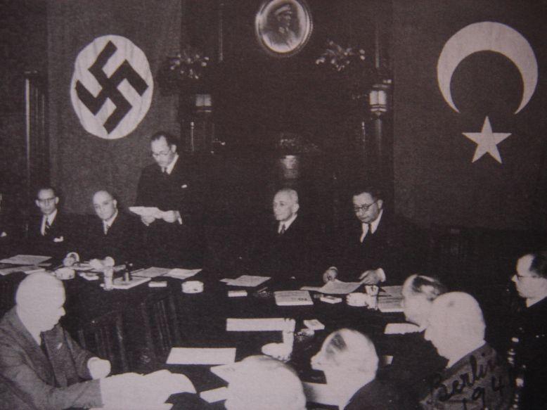 Όταν ο Μανώλης Γλέζος και ο Λάκης Σάντας κατέβαζαν τη σβάστικα από την Ακρόπολη η Τουρκία υπέγραφε Σύμφωνο Φιλίας με τον Χίτλερ.