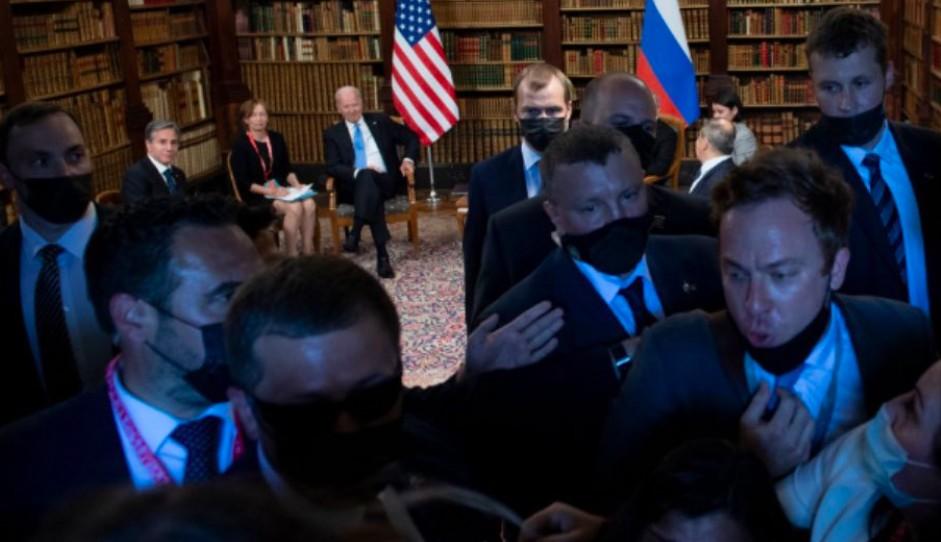 Απίστευτο: Δημοσιογράφοι τσακώθηκαν στη συνάντηση Μπάιντεν-Πούτιν – Βία από τη ρωσική ασφάλεια