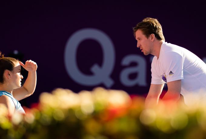 Τομ Χιλ: Ο 25χρονος Βρετανός κόουτς που οδήγησε τη Σάκκαρη στις «4» του Roland Garros