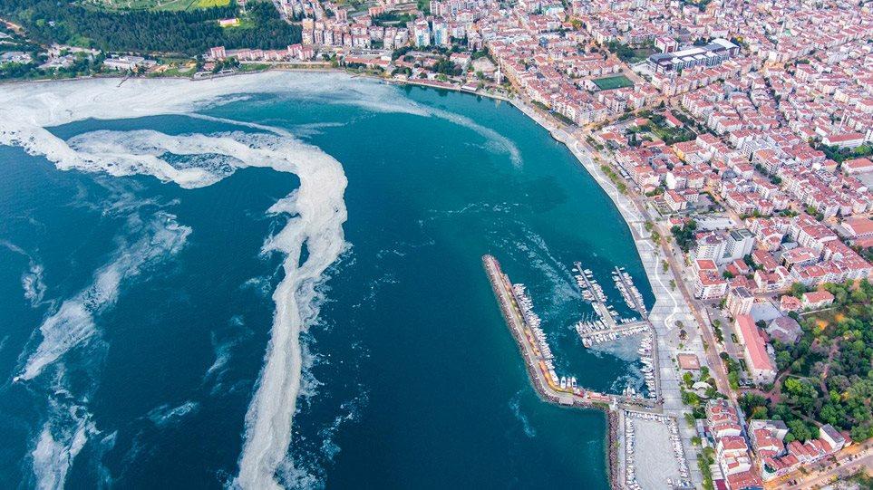 Τουρκία: «Πονοκέφαλος» για τους επιστήμονες η «βλέννα» στη θάλασσα του Μαρμαρά – Εξαπλώνεται και στη Μαύρη Θάλασσα