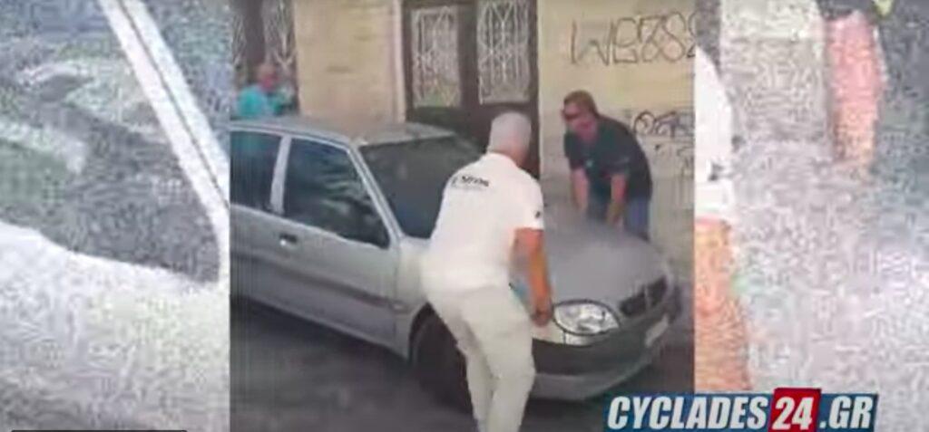 Σύρος: Σήκωσαν στα χέρια αυτοκίνητο για να περάσει το λεωφορείο γιατί θα έχαναν το αεροπλάνο! (βίντεο)