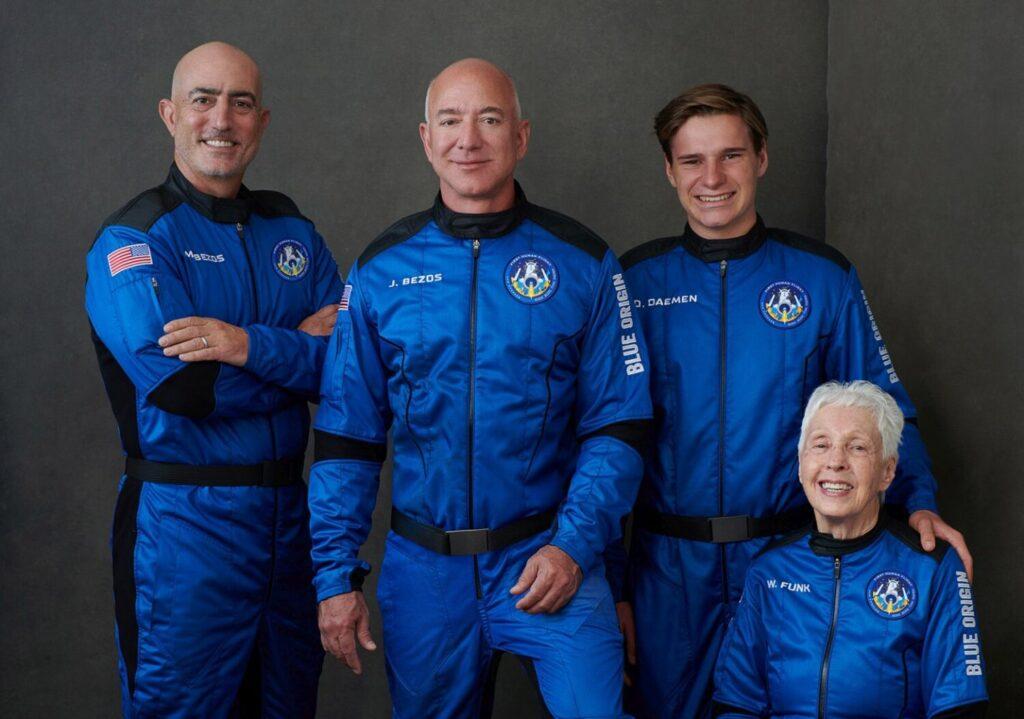 Ο Τζεφ Μπέζος ταξίδεψε στο διάστημα και  επέστρεψε στη Γή σε δέκα λεπτά! (video)