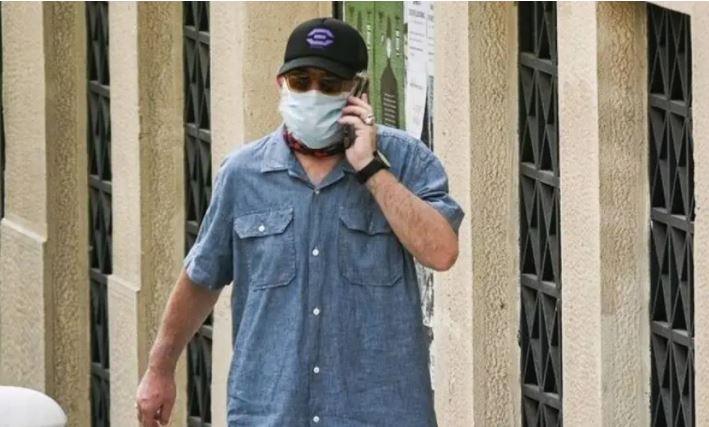 Πέτρος Φιλιππίδης: Η πρώτη εμφάνιση με μάσκα, καπέλο και γυαλιά