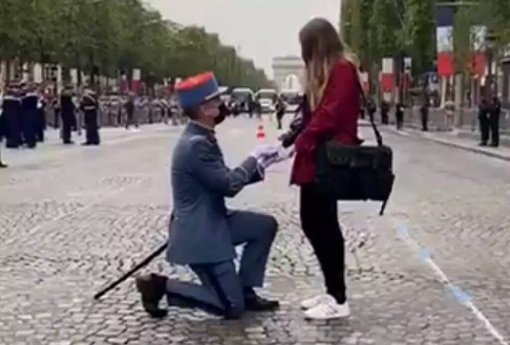 Viral βίντεο: Γάλλος στρατιώτης έκανε πρόταση γάμου στην αγαπημένη του στην παρέλαση για τη Βαστίλη!
