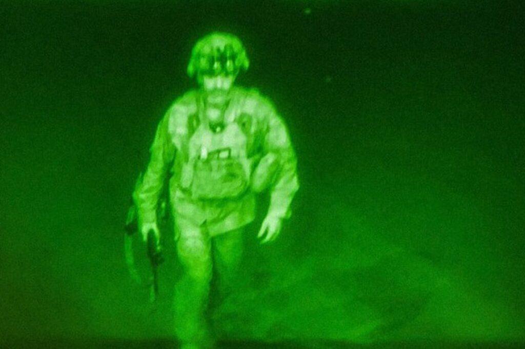 Ιστορική φωτογραφία – Αυτός είναι ο τελευταίος Αμερικανός που αποχώρησε από το Αφγανιστάν [βίντεο]