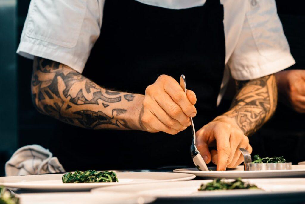 Χρυσοί Σκούφοι: Οι βραβευμένοι για φέτος σεφ και τα 23 καλύτερα εστιατόρια