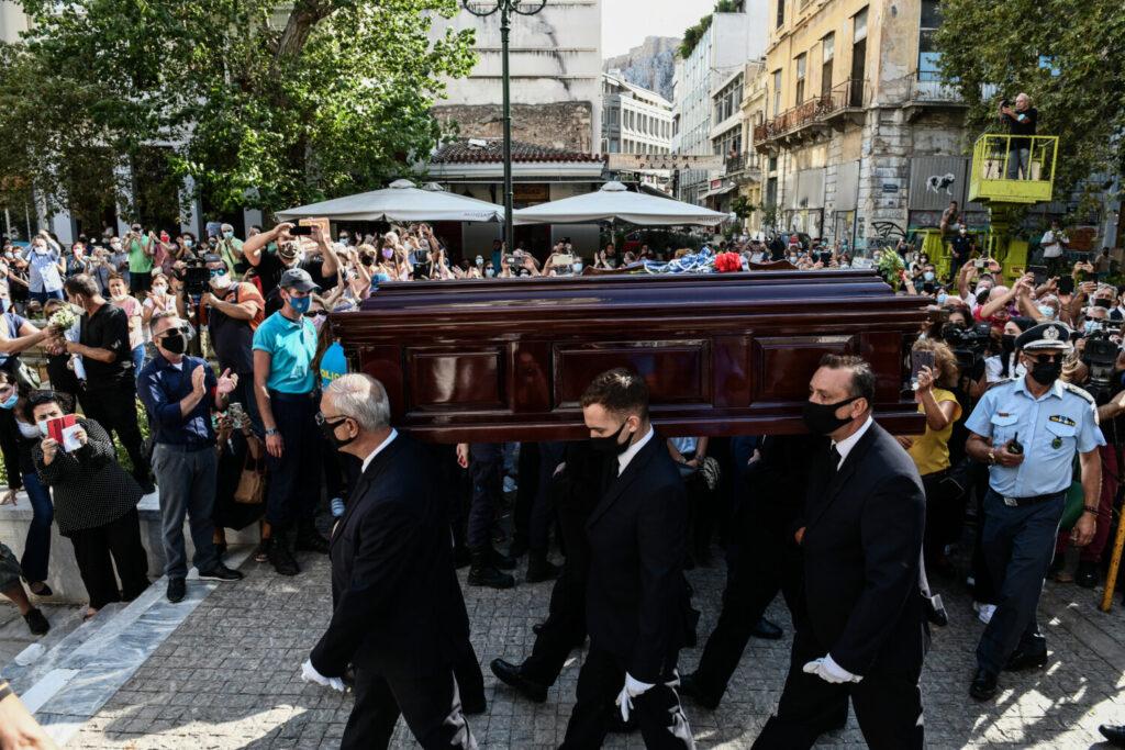 Μητρόπολη Αθηνών: Πλήθος κόσμου λέει το τελευταίο αντίο στον Μίκη Θεοδωράκη (εικόνες)