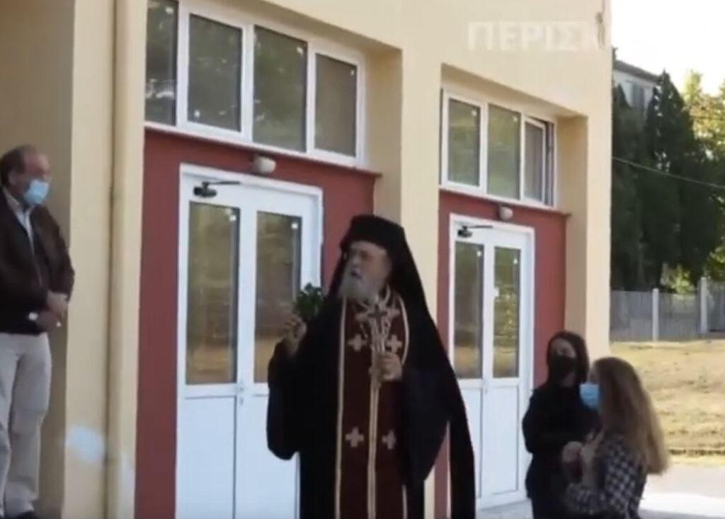 Επεισοδιακός αγιασμός στο Αμύνταιο: «Να κρατάω τον σταυρό και να φοράω μάσκα;» [βίντεο]